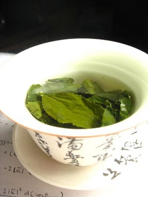 360px-Tea_leaves_steeping_in_a_zhong_čaj_05
